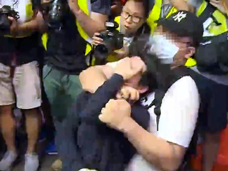 其中一名男子被加控非禮。