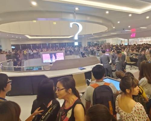 【沙田衝突】逾百網民包圍新城市廣場客服台 林卓廷籲勿進行暴力行為