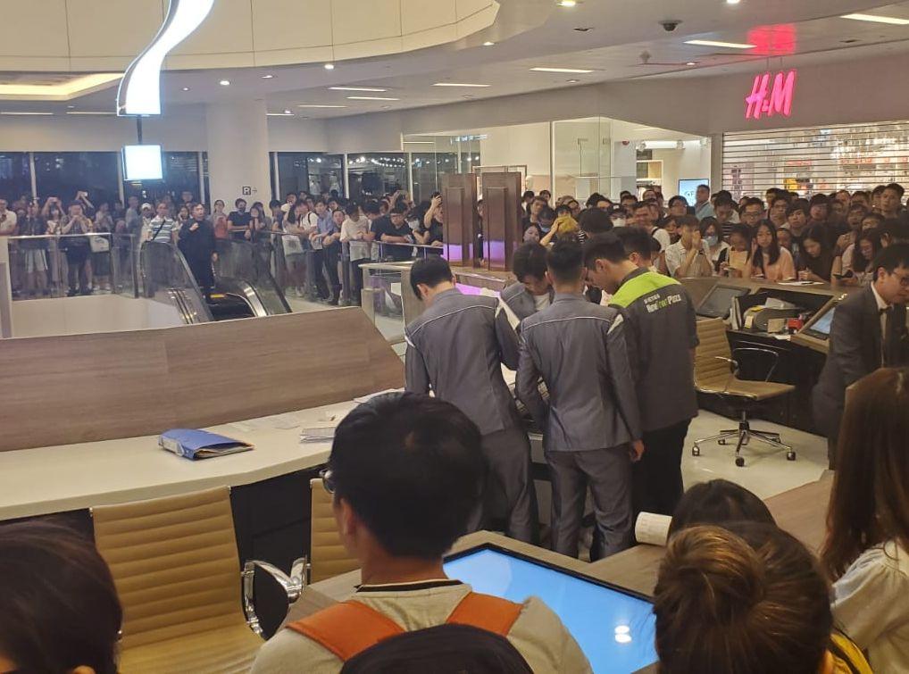 【沙田衝突】數百人包圍新城市廣場客服台抗議 有客服職員不適