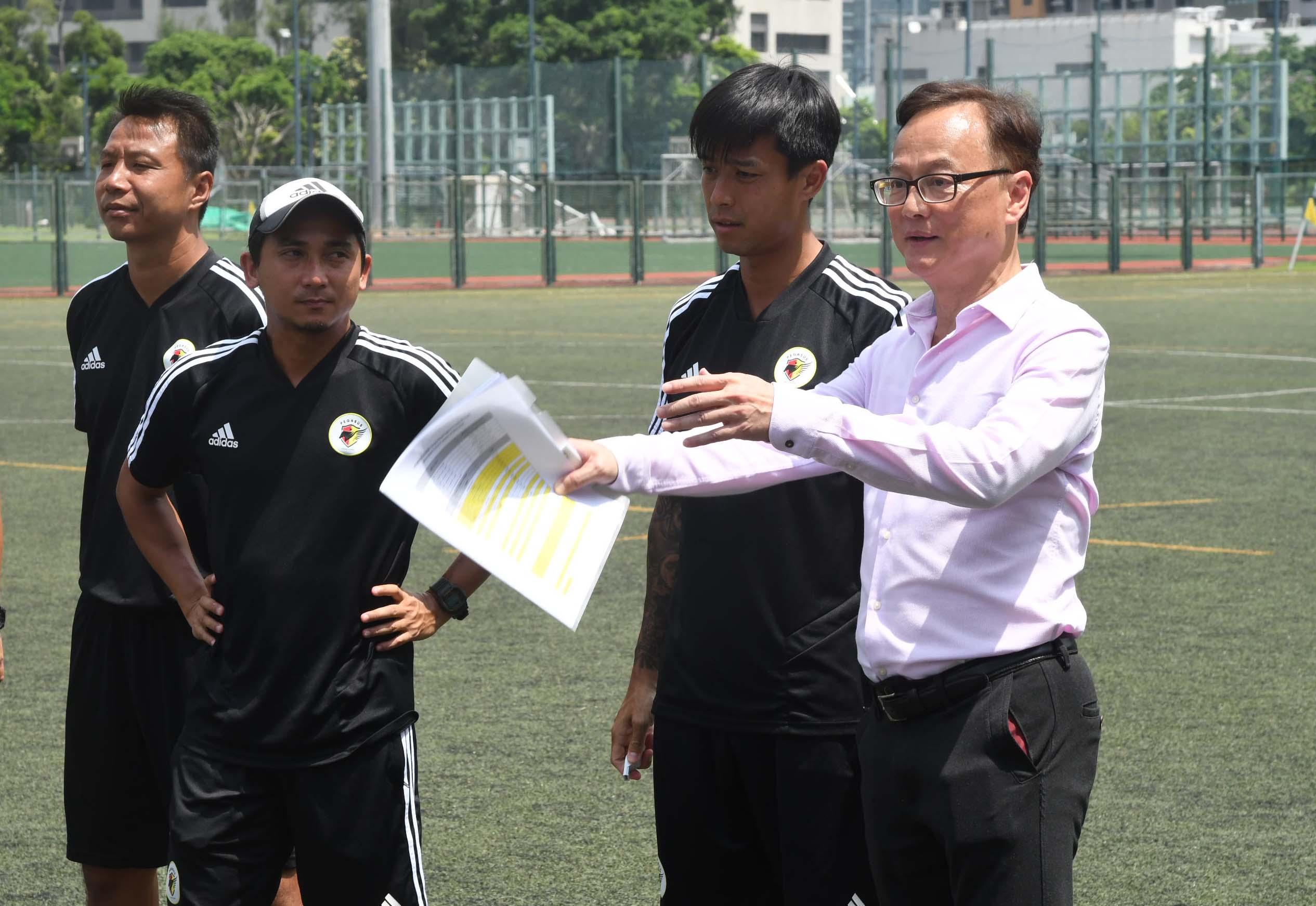 飛馬大變身,文彼得(右二)及伍潤泉(右)分別擔任主教練及領隊。   郭晉朗攝