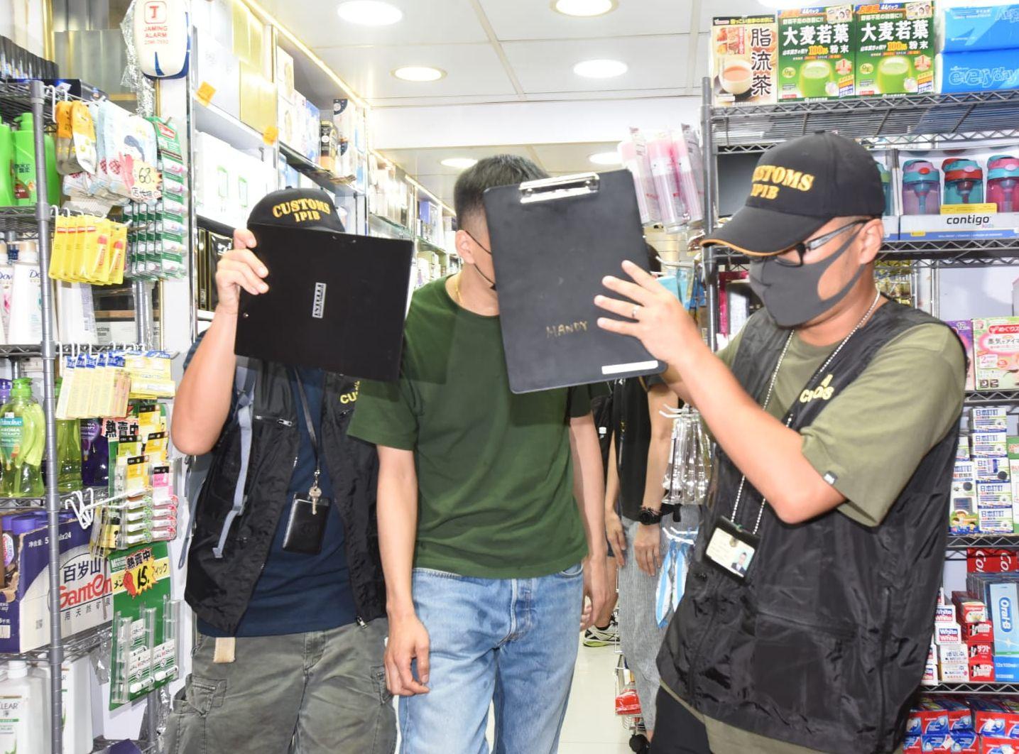 海關人員拘捕兩名男子。