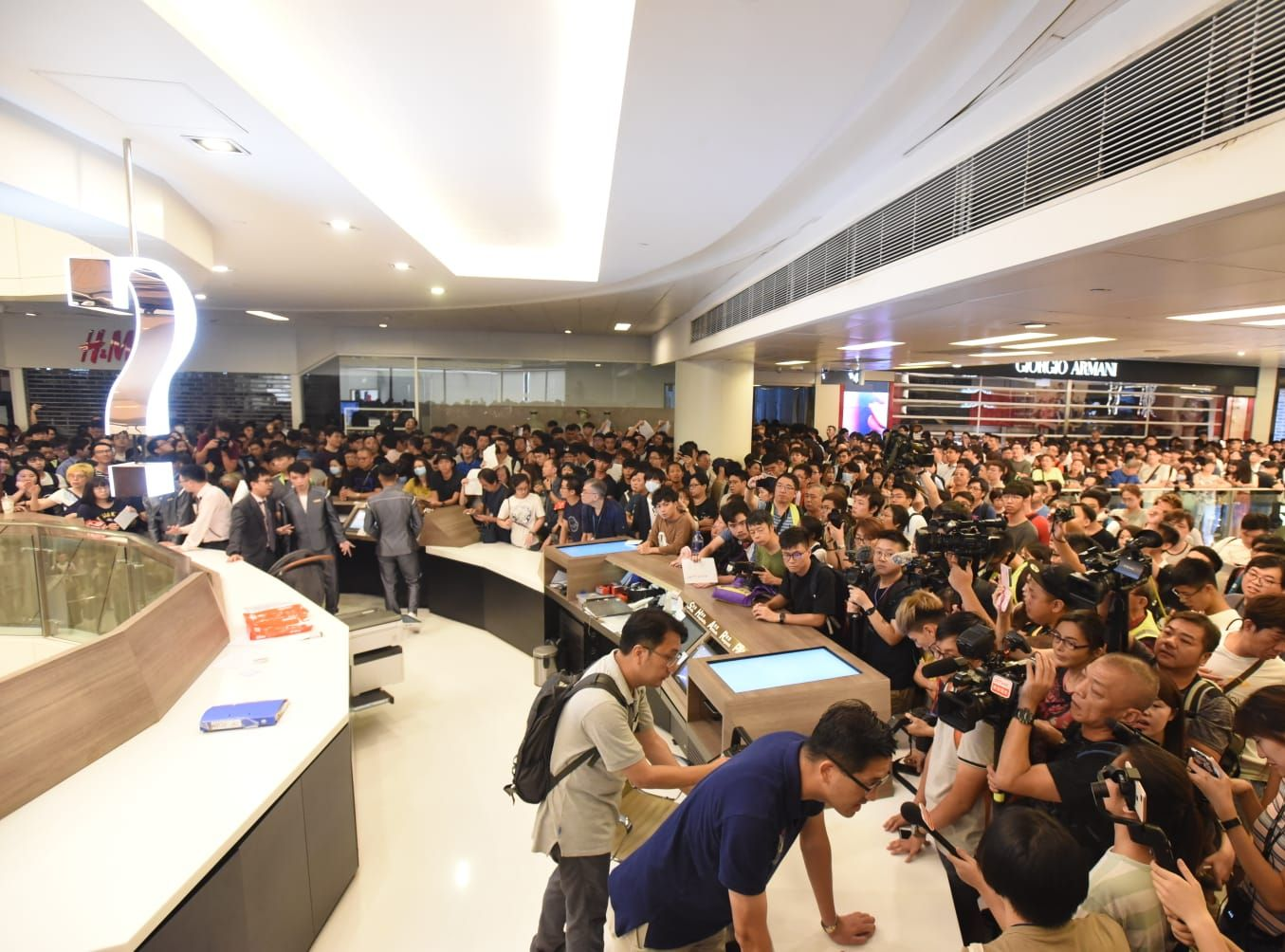 市民包圍客戶服務台。