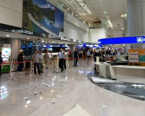 桃園機場第二航廈天花板 深夜突然崩落地面