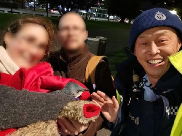 華裔警官朱約翰和藍企鵝。威靈頓警察局FB圖片