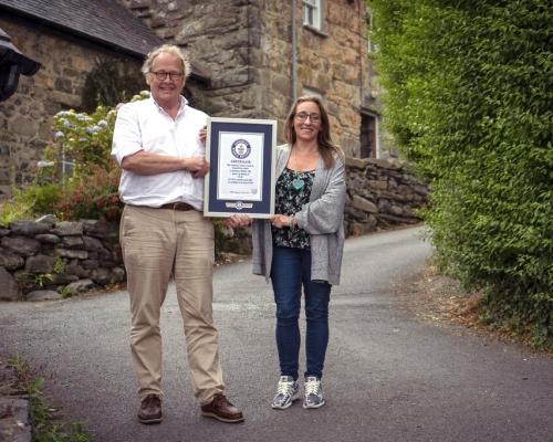 英威爾斯小街奪「全球最斜街」榮銜 坡度達37.5%