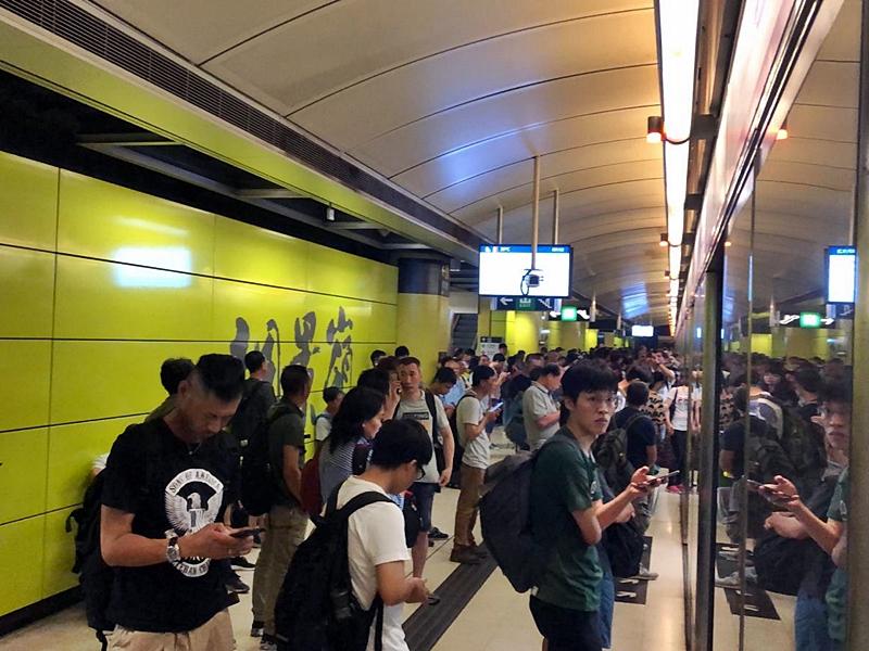 調景嶺站有大批乘客等候列車。讀者提供