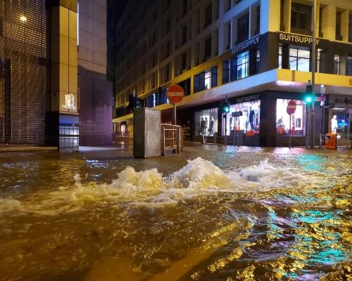 德輔道中爆水管 水湧出馬路成澤國