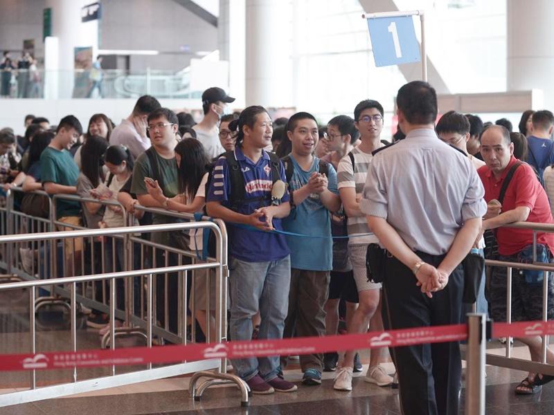 大批市民排隊入場。