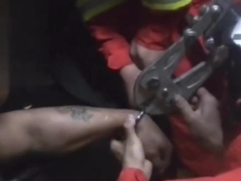 貴州警方審訊時發現一名疑犯的手銬打不開, 致電求助消防。(網圖)