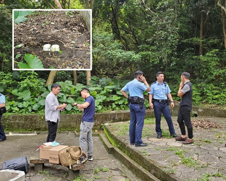 燒烤場附近再發現骨灰龕被棄於泥地上。梁國峰攝