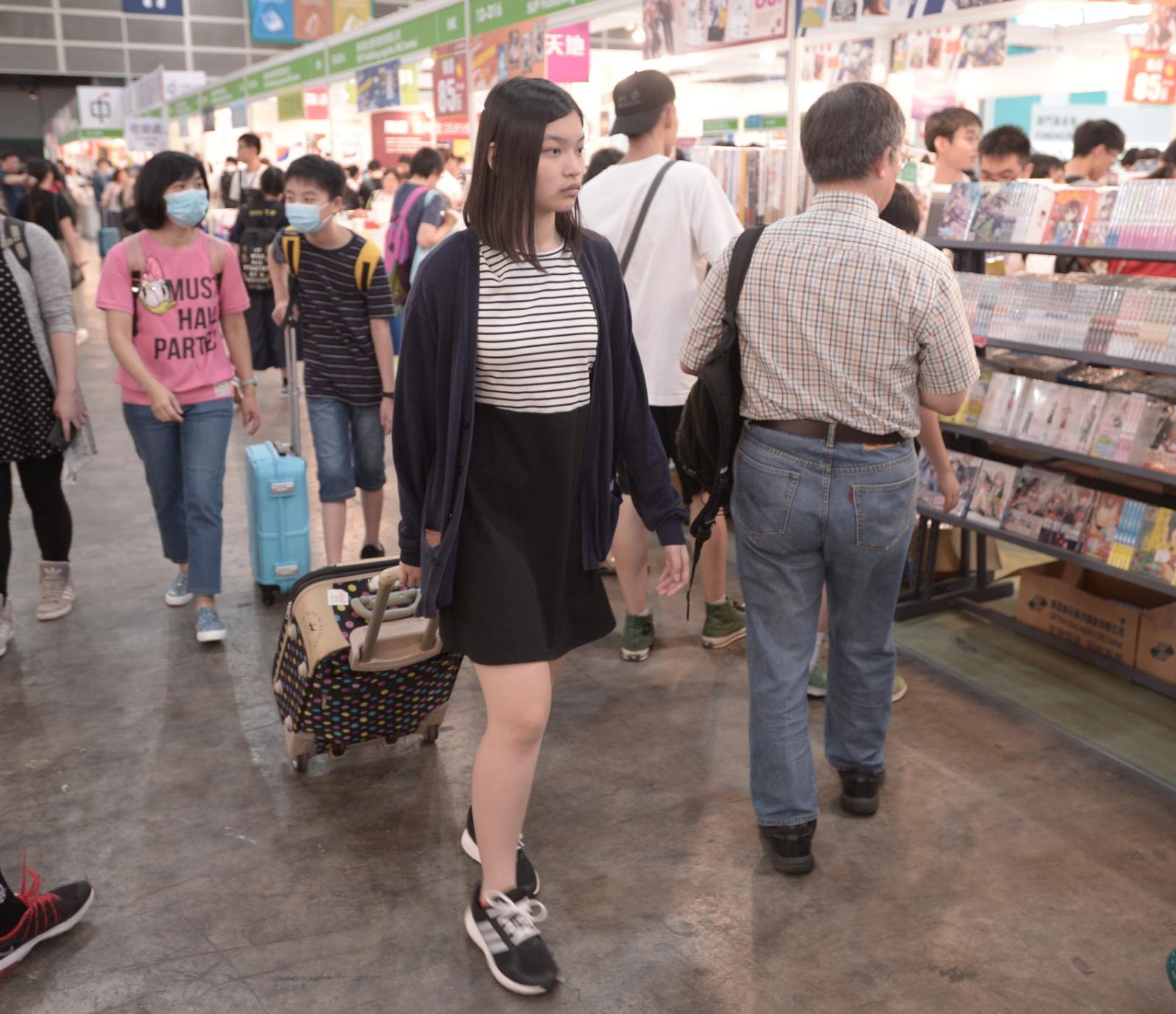 市民攜行李箱買書。
