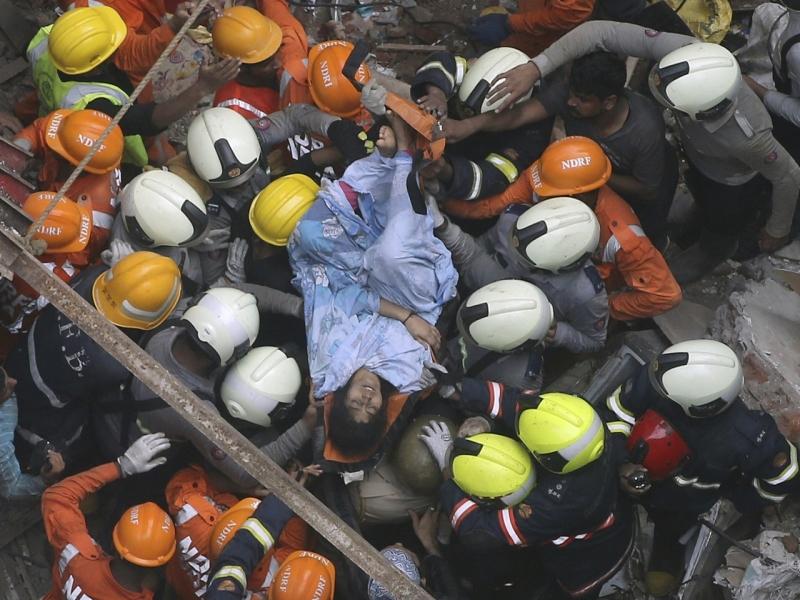 救援人員在瓦礫中救出一名女子。AP
