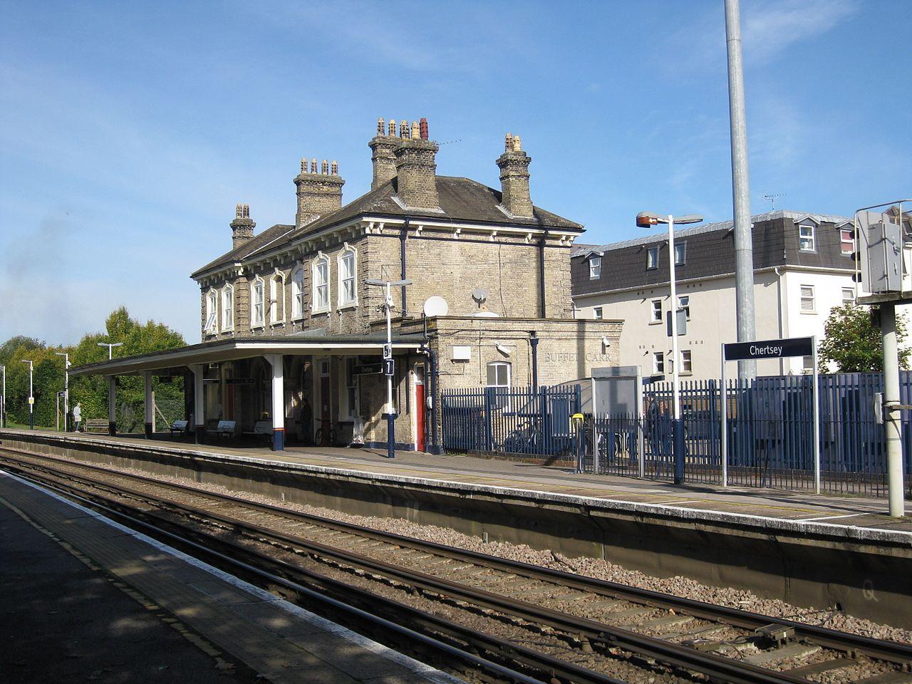 英国萨里郡切特西车站,一名少年从月台自杀。 网图