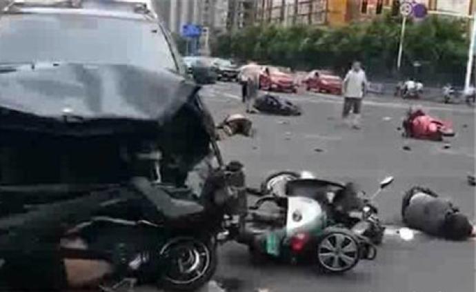 江蘇常州市一輛私家車在十字路口連撞多部電單車。網圖