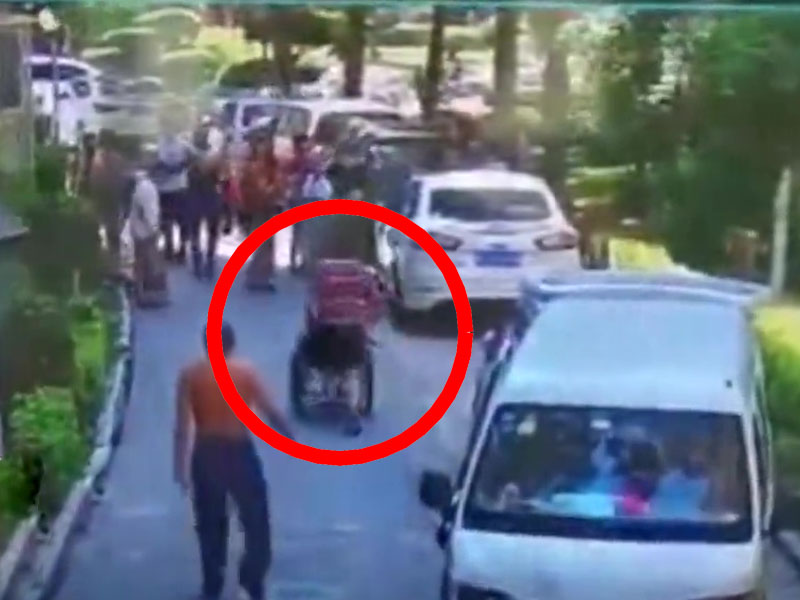 護老院老闆當坐在輪椅的老翁作「武器」撞向居民(紅圈)。(網圖)