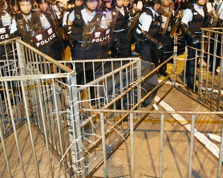 一般估計做法是預防有示威者透過拆除鐵欄製造與警方對峙的防線。資料圖片