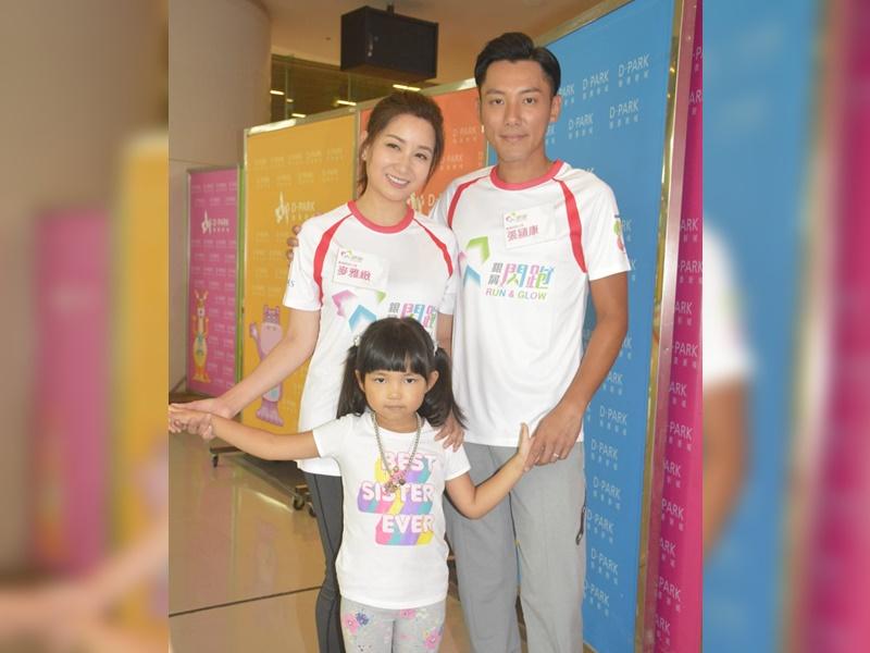 張頴康與太太麥雅緻及女兒小豆出席《銀屑閃跑》活動。