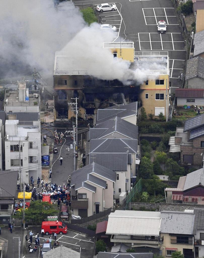 日本京都動畫公司的工作室陷入大火。AP圖片