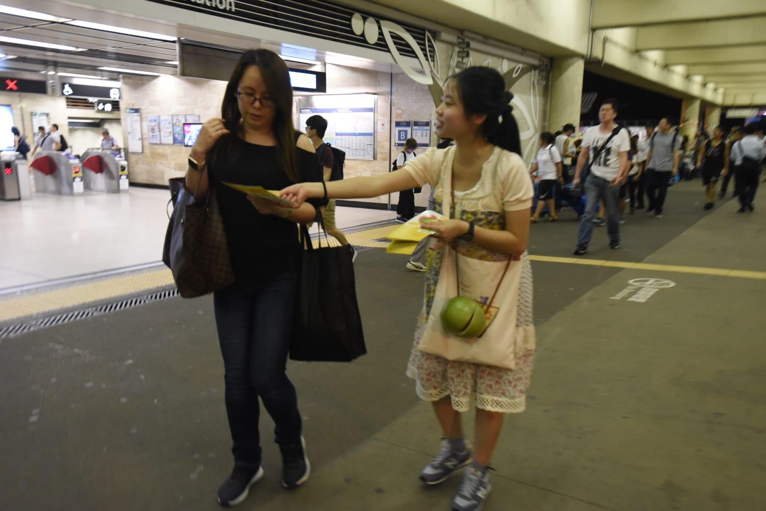 有人派「多謝沙田柚」。