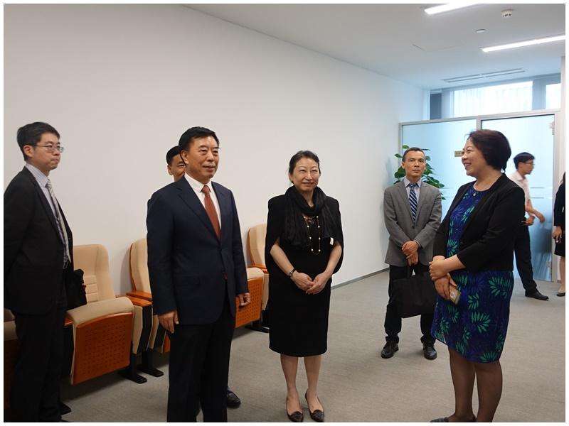 鄭若驊晤楊萬明(左二)。