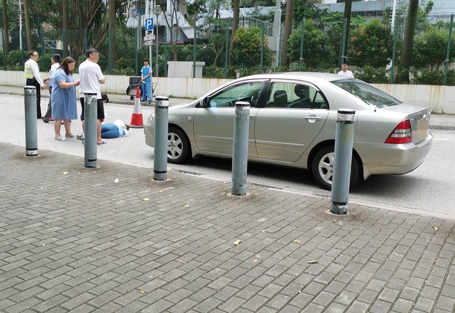 女子受傷倒地。 香港突發事故報料區FB/網民Ryan Hung圖