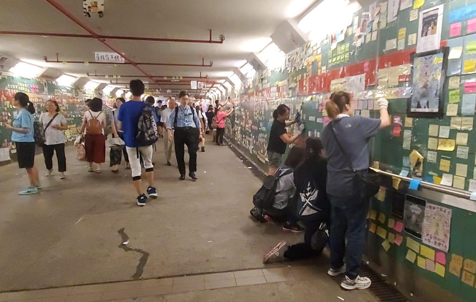 大埔連儂牆隧道有數十名市民到場清理。林思明攝