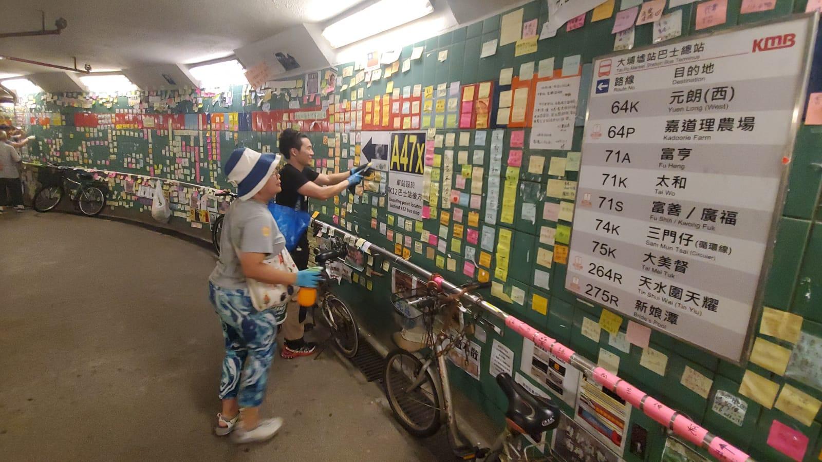 大埔連儂牆隧道有數十名市民到場清理。 林思明攝