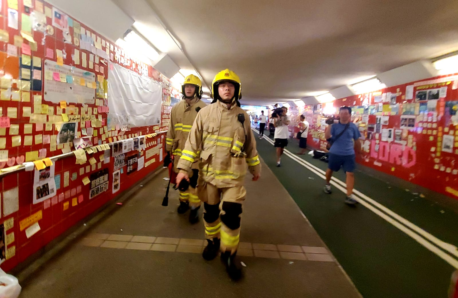 市民到場清理期間,消防、警方及救護接報到場,懷疑有人吸入不明氣體不適,最後無發現。 林思明攝