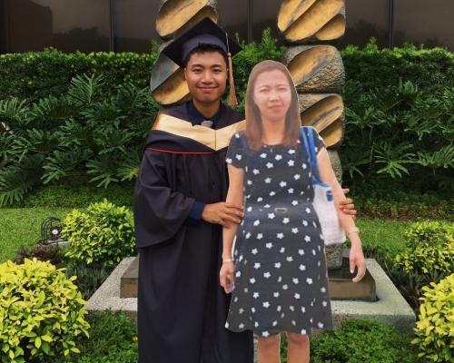 【洋蔥】單親母肺炎離世 兒子製1:1人形紙牌影畢業相:媽媽就在身邊
