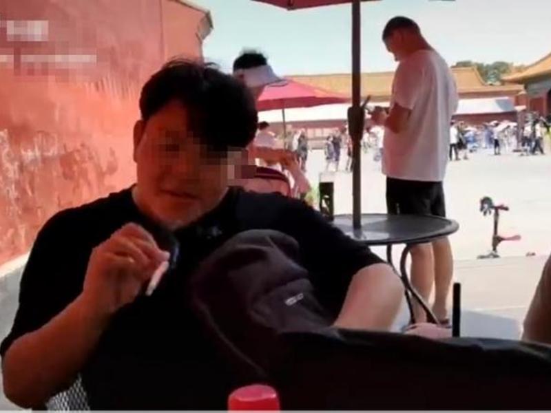 內地互聯網流傳一則片段,有兩名遊客正在故宮內的一個休息處吸煙。影片截圖