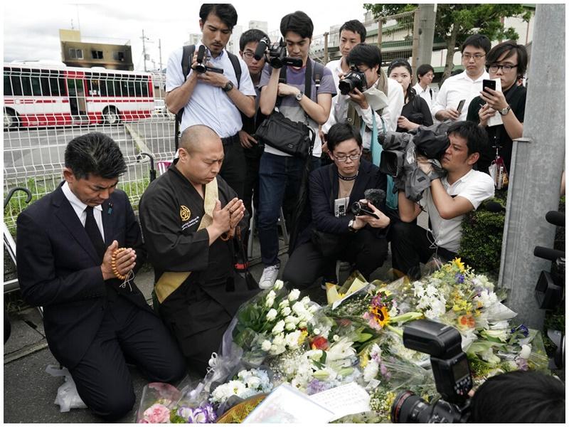 民眾到場悼念。AP