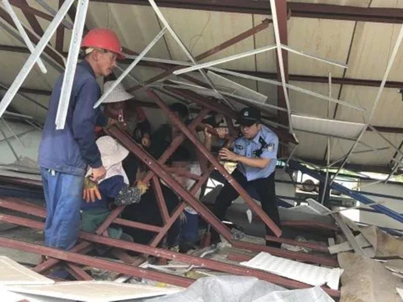 警員當場充當「人肉千斤頂」,用肩膀扛住約150公斤的鋼樑,長達10分鐘,救出受困民眾。網圖