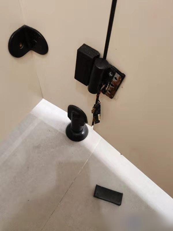深圳市福田一名女子近日回公司上班,其後上廁所時發現廁格內裝有針孔攝影機。 網圖
