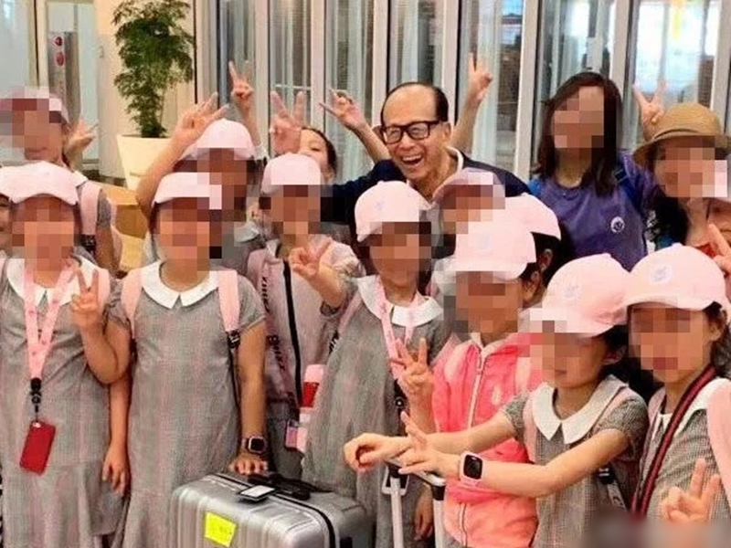 上海小白鴿舞蹈團在北海道機場巧遇李嘉誠。網圖