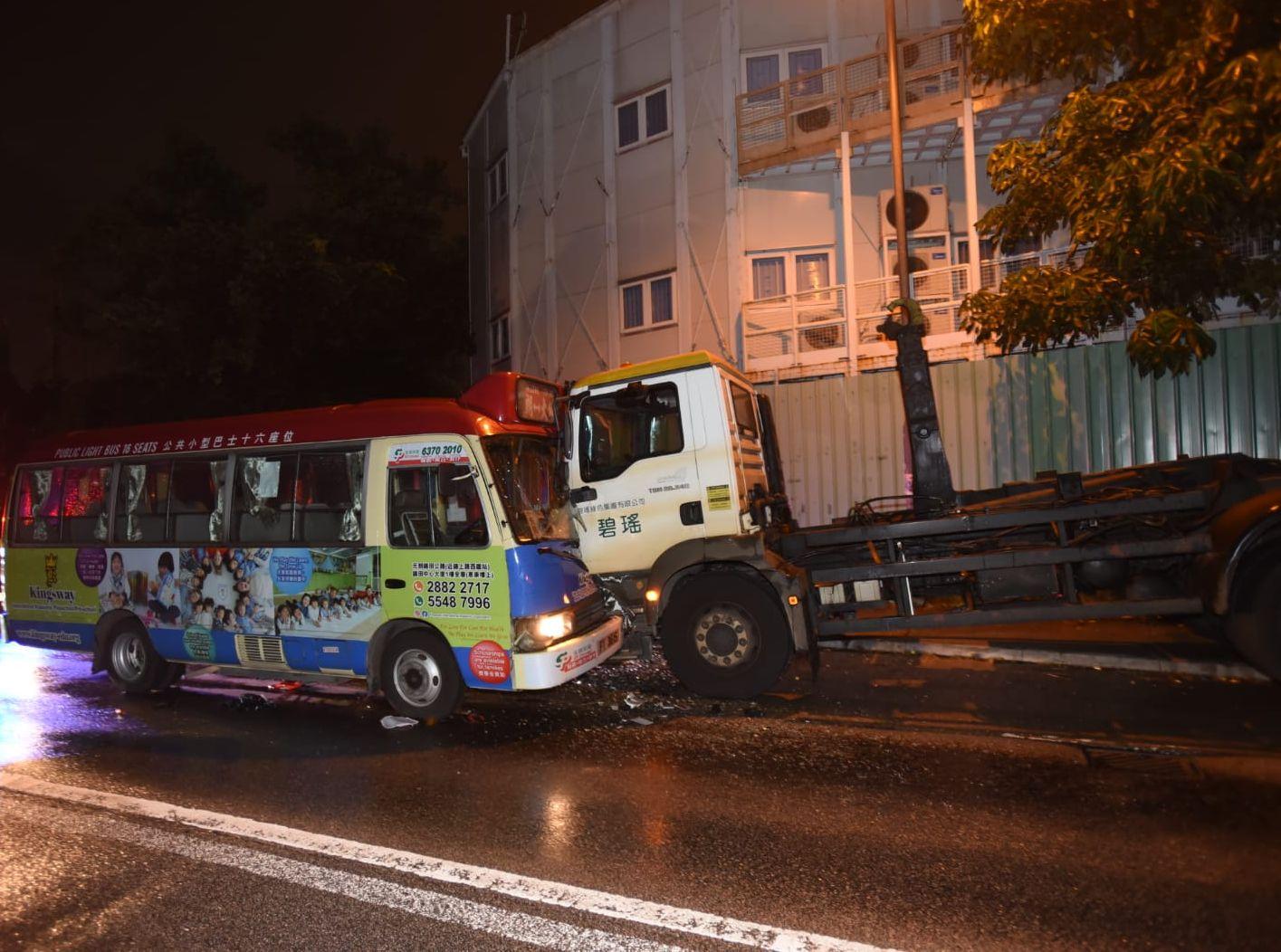 拖車與小巴於林錦公路近荃錦公路迴旋處附近發生相撞。