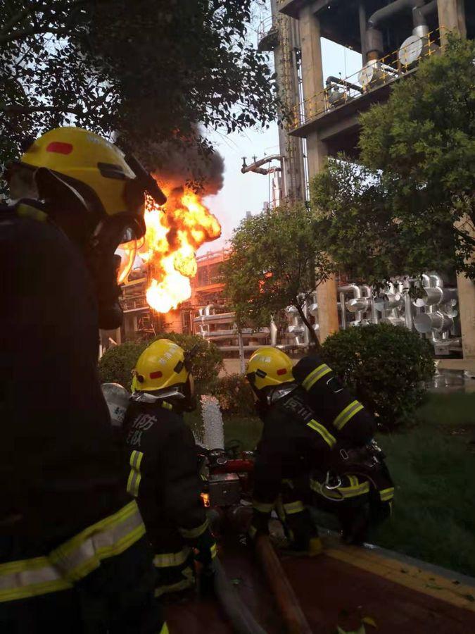 270名消防員到場灌救及搜救。新華社