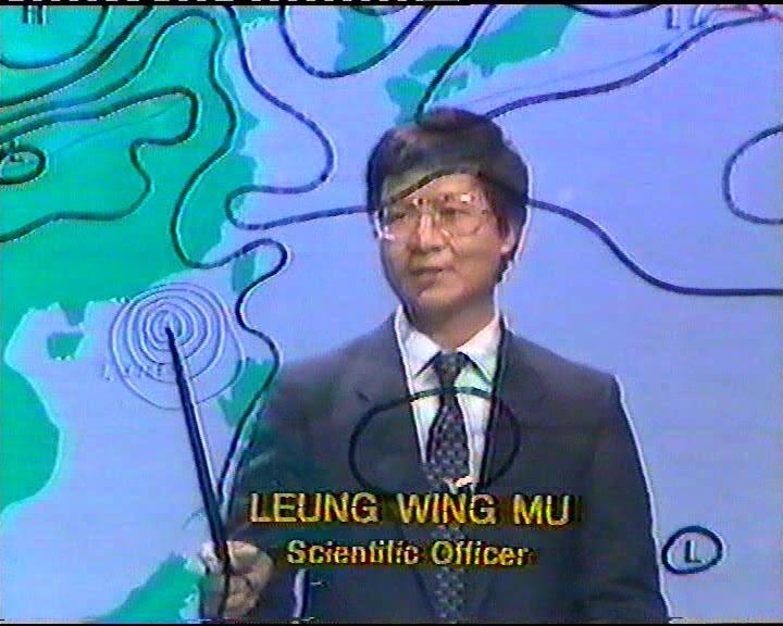 梁榮武在八十年代走進公仔箱報天氣,成為第一代「天氣先生」。 受訪者提供