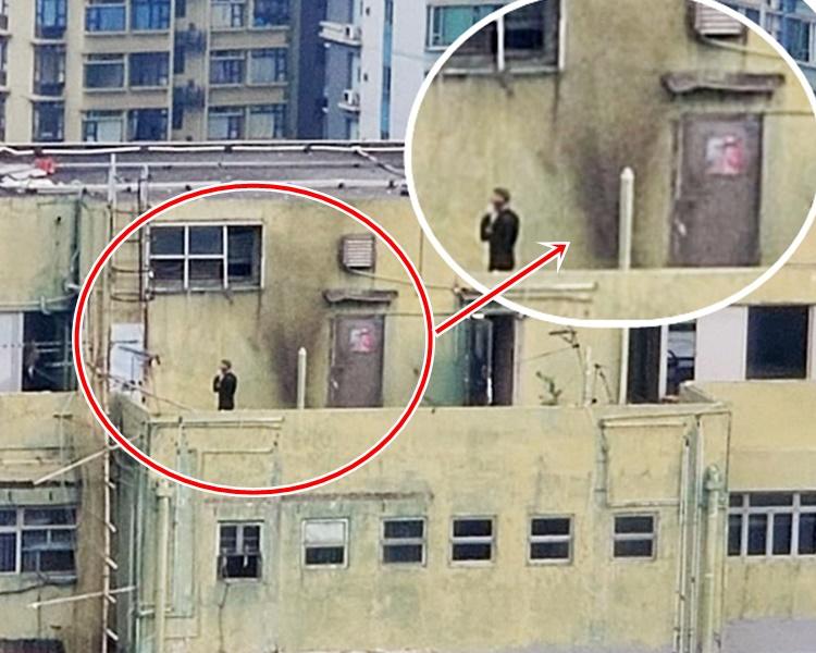 警方在天台引爆懷疑爆炸品後,天台牆壁被熏黑(紅圈示)。