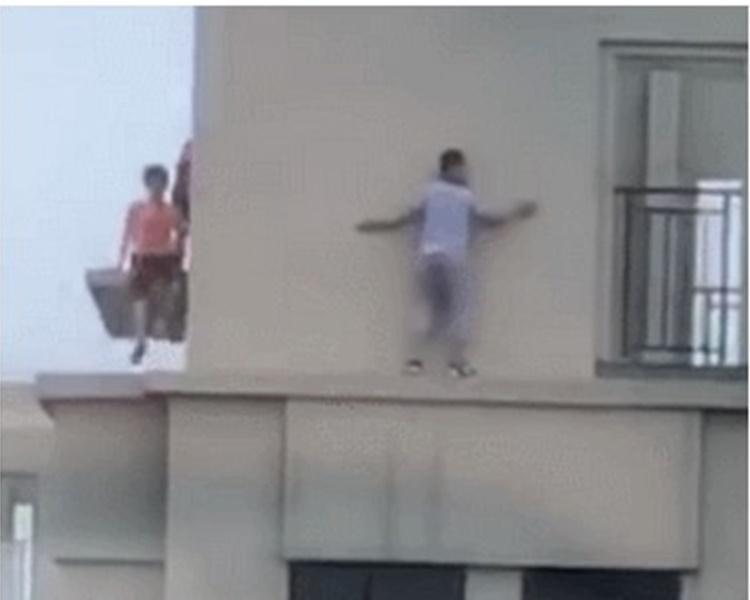 3童爬出欄杆,沿著頂樓外牆遊走玩耍。網圖