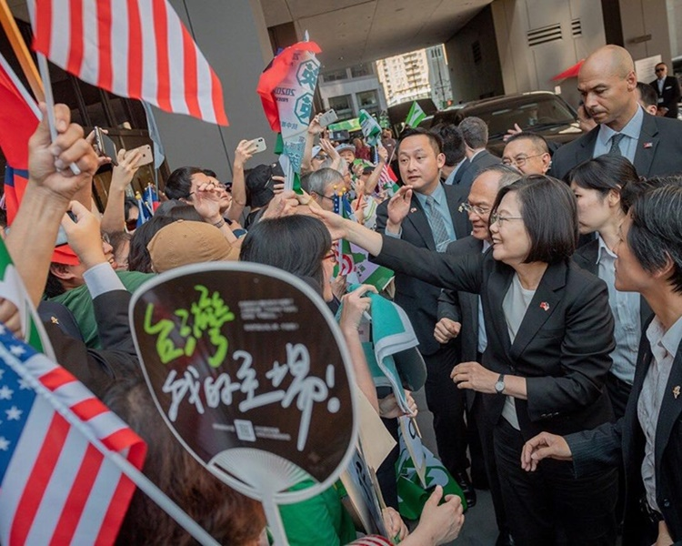 蔡英文抵達丹佛巿數百名台灣僑胞迎接。蔡英文fb