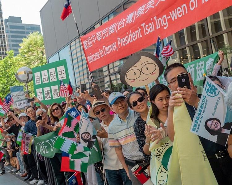 台灣僑胞迎接蔡英文抵達丹佛巿。蔡英文fb
