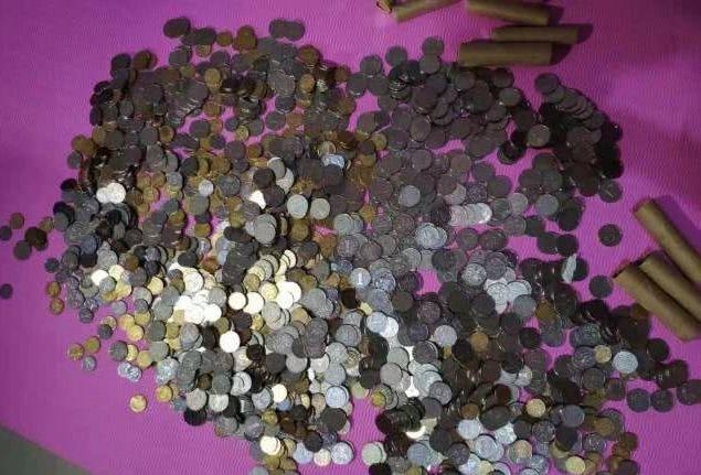 校方將賠償兌換成15000多枚硬幣。網圖