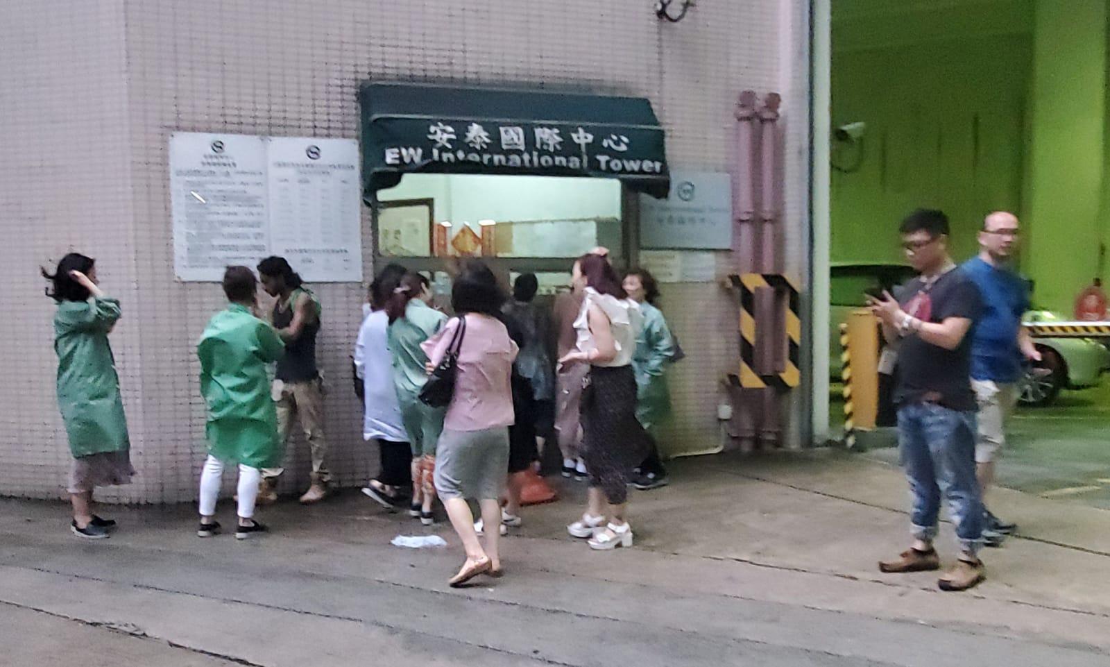 警方疏散附近工廠大廈內的市民進行引爆。