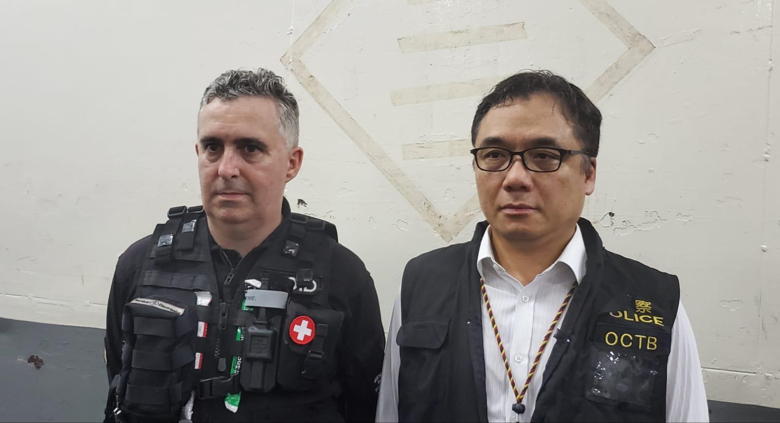 警方署理高級炸彈處理主任(左)。