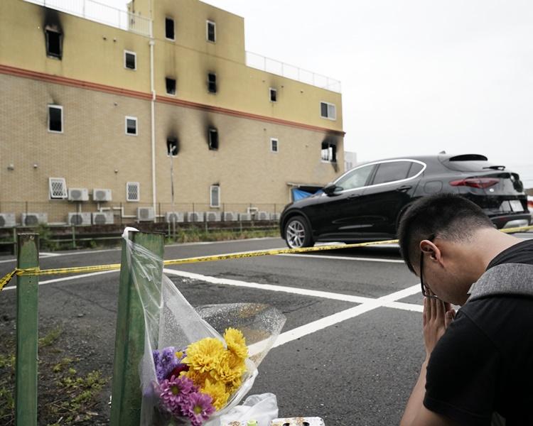 不少市民到「京都動畫」悼念死者。AP