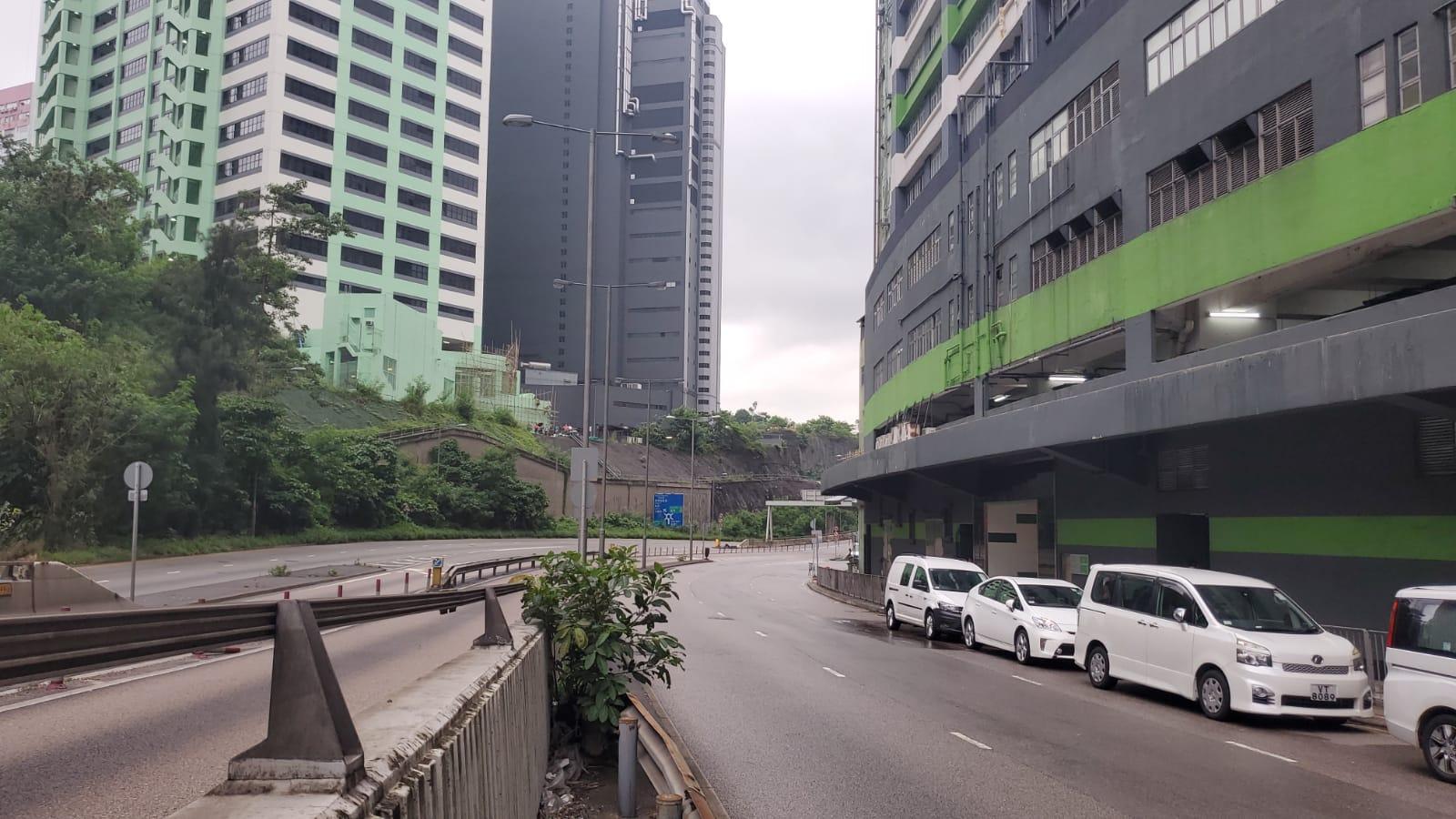 警方封路,EOD人員完成第二次引爆。