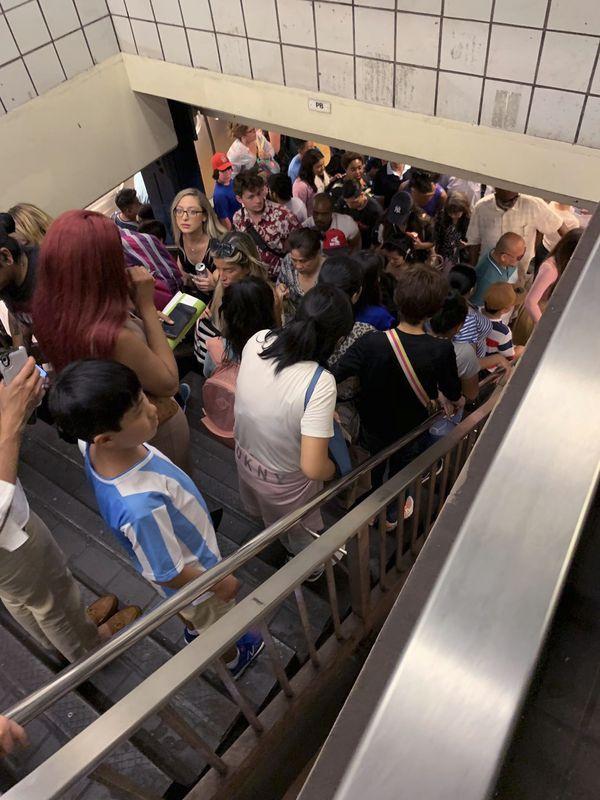 車廂及月台都逼滿乘客。AP