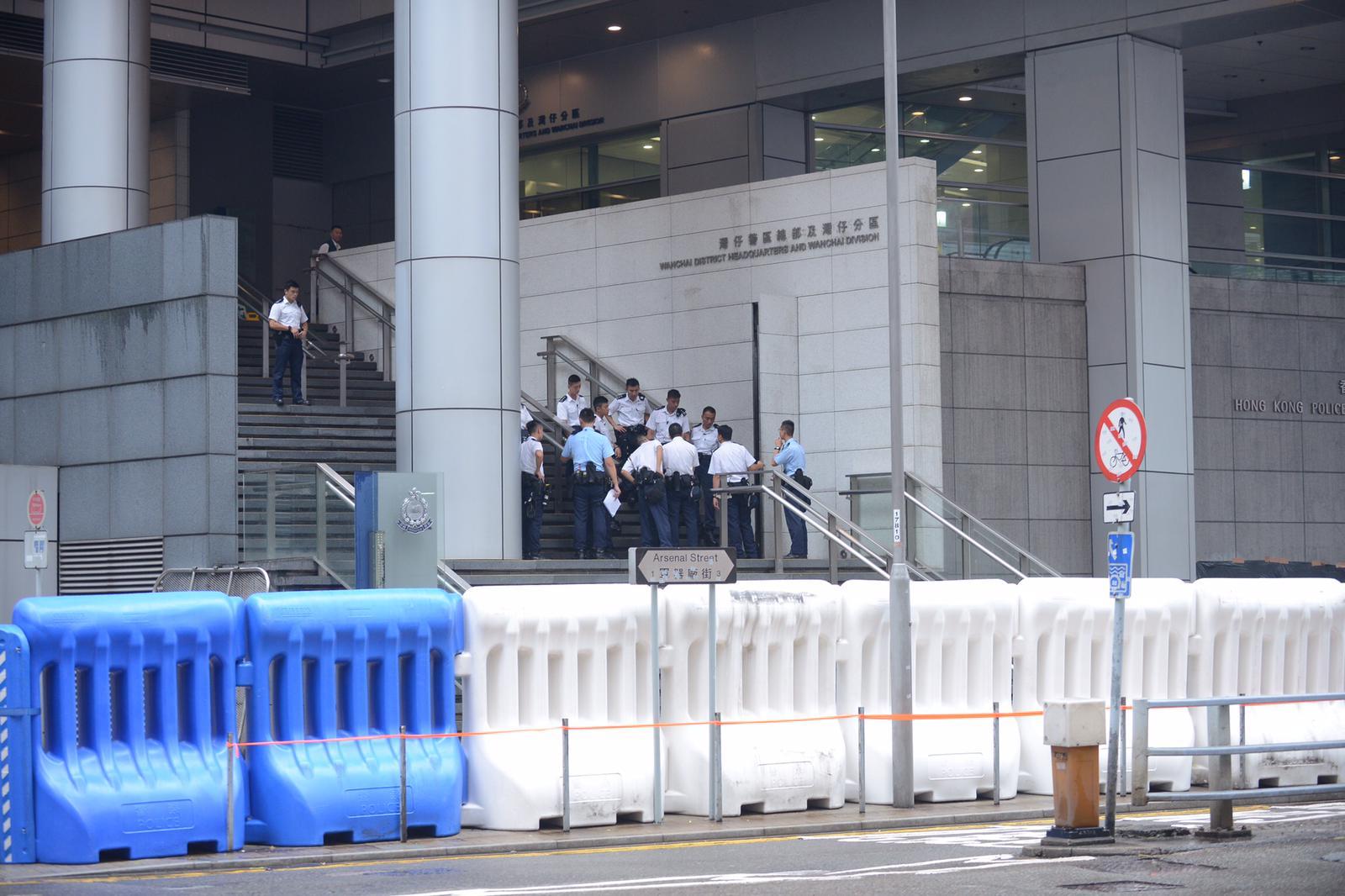政府總部外及警察總部外已經擺設大型水馬防範衝擊。
