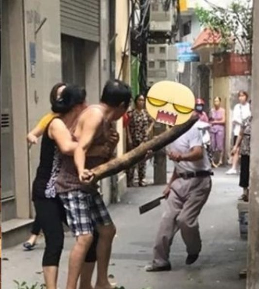 其後演變成兩名父親在街上對峙的情景。網圖