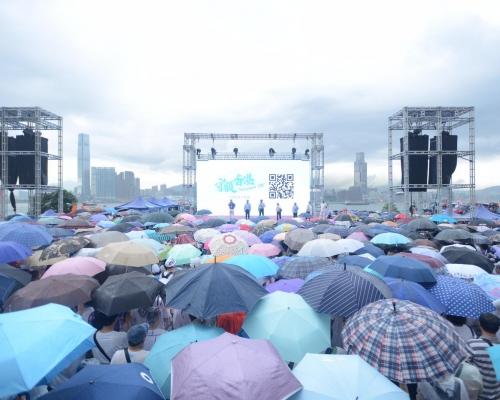 【逃犯條例】「守護香港」集會大批市民冒雨出席 帶子女家長:明辨是非對錯